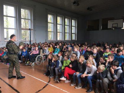 Wojskowi odwiedzili szkołę w Sierakowie Śląskim.