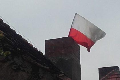 """Flaga Polski wepchnięta w komin. Prokuratura: """"To uczczenie a nie znieważenie święta""""."""
