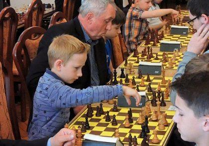 Młodzi szachiści z Koszęcina nie zwalniają tempa. Świetny start Szymona Łodzińskiego!