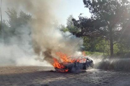 Podjechali pod sklep – samochód stanął w płomieniach.