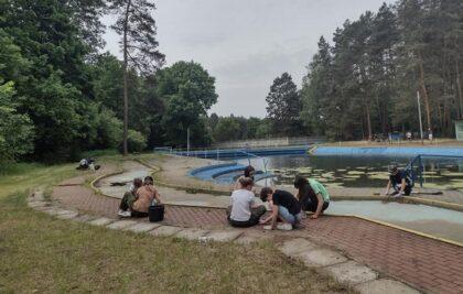 Młodzi harcerze porządkowali teren basenu w OSW Kokotek. Czy obiekt będzie dostępny tylko przez dwa tygodnie? Trwają rozmowy