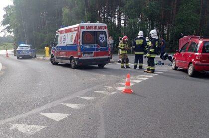 KOSZĘCIN: Zderzenie samochodu osobowego z motocyklem. 30-latek przetransportowany do szpitala