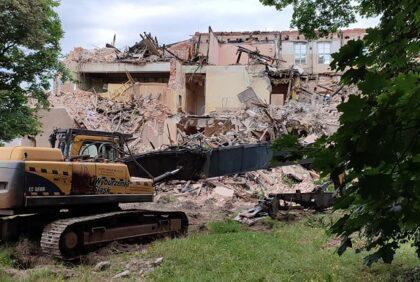 """""""Miała być naprawa a jest rozbiórka?"""" Mieszkańcy Lublińca martwią się o przyszłość budynku spalonej szkoły"""